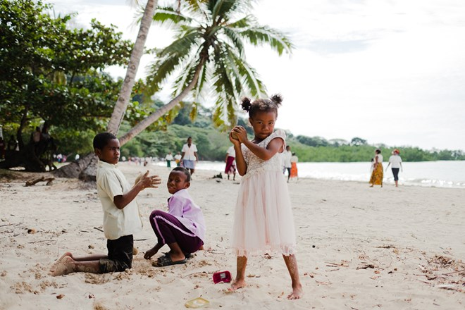 Roadtrip Madagascar - Kids playing at the beach of Nosy Bay